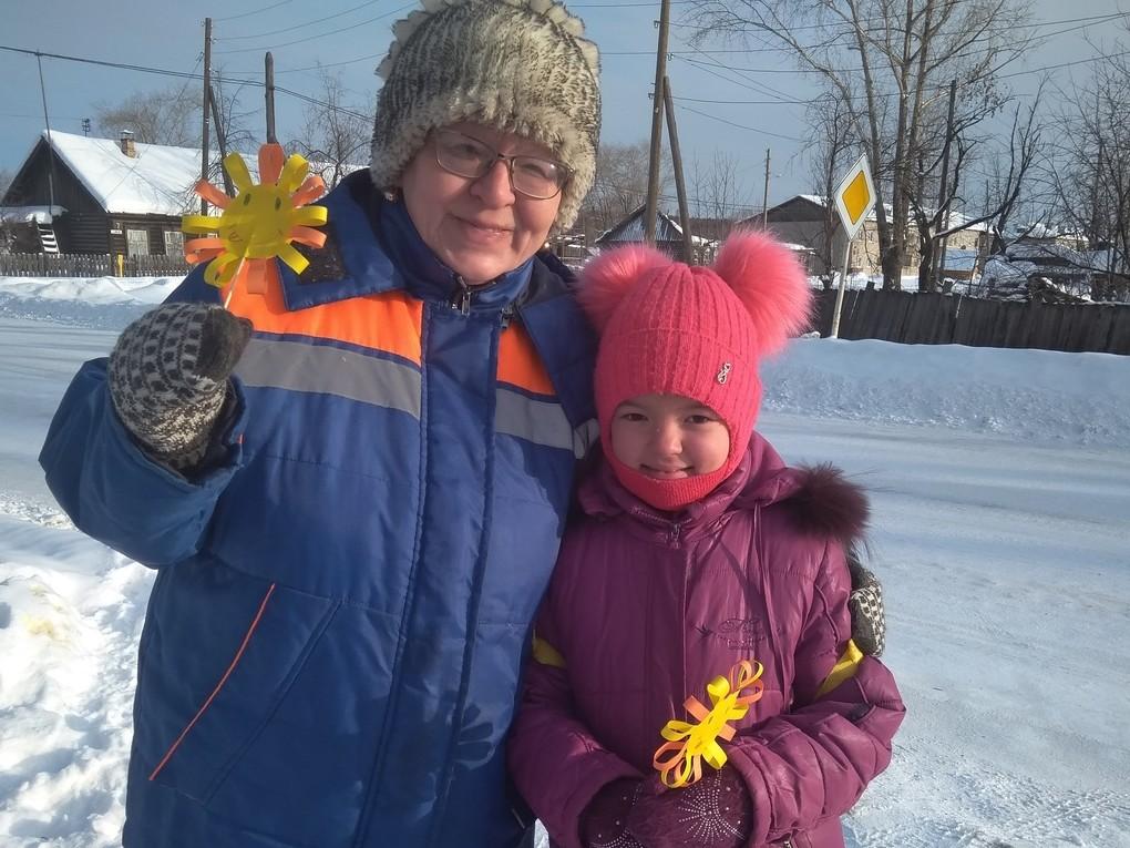 Ребята из красноуральского клуба «Радуга» изготовили из цветной бумаги яркие солнышки и вышли на улицы посёлка Октябрьский, чтобы вручить их прохожим.