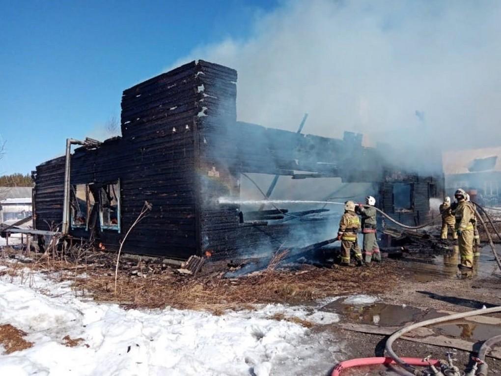 28 марта в час дня в Верхней Туре горел дом на ул. Лесная, 8. На месте пожарные установили, что полыхают первый и второй этажи деревянного...