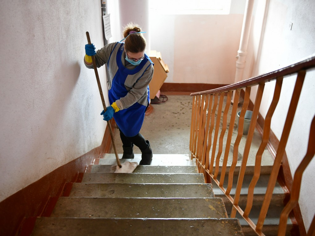 В России теперь подъезды в домах будут мыть каждый день, но есть одно но... Новые санитарные нормы, согласно которым в домах лестничные площадки должны мыть ежедневно, вступили в действие сегодня, т.е. 1 марта.