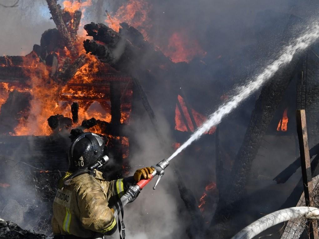 В течение прошедшей недели пожарные 163 ПСЧ Красноуральска выезжали на тушение бесхозного строения в районе улицы Янкина.