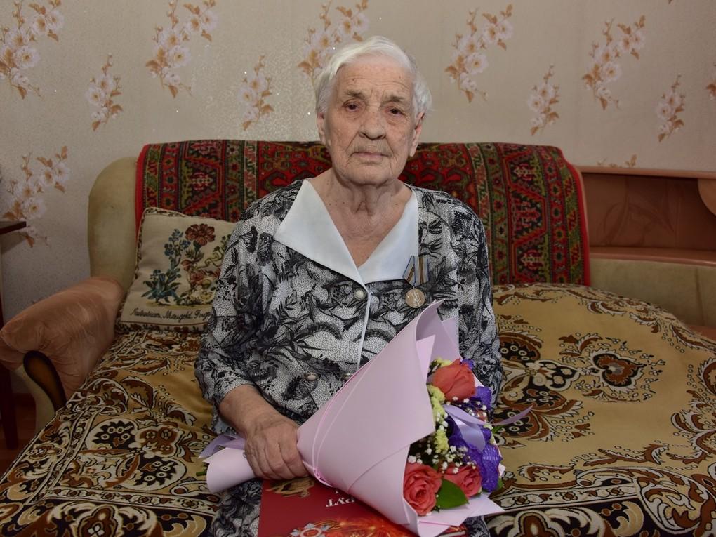 В Красноуральске - еще одна 95-летняя юбилярша! 23 апреля принимала поздравления труженик тыла, ветеран сернокислотного цеха Красноуральского