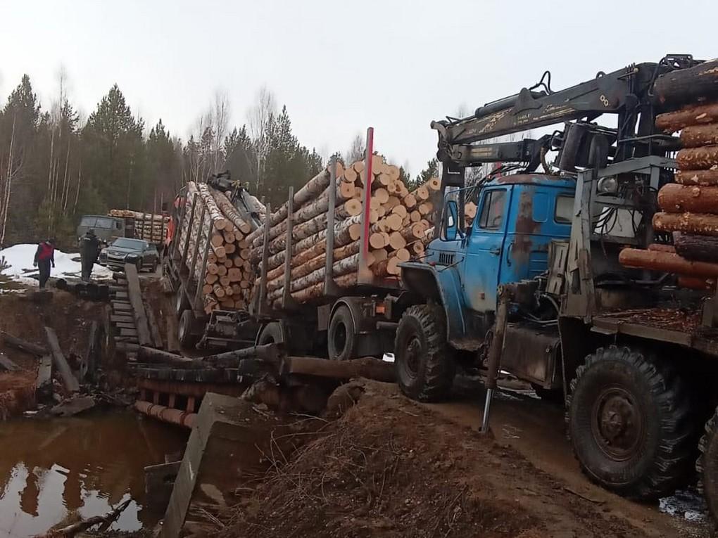 В понедельник 5 апреля лесовозы продавили мост через вторую плотину на реке Салда. Напомним, это гидротехническое сооружение находится