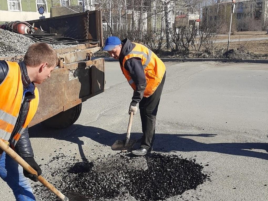 В Красноуральске приступили к ямочному ремонту автомобильных дорог общего пользования. Работы выполняет МБУ «Муниципальный заказчик»