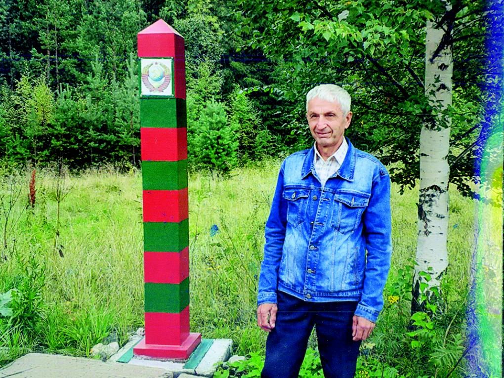 В редакцию зашел один из наших читателей - Григорий Тимербаев (на фото справа), поделился своими фото у стелы «Красноуральск»