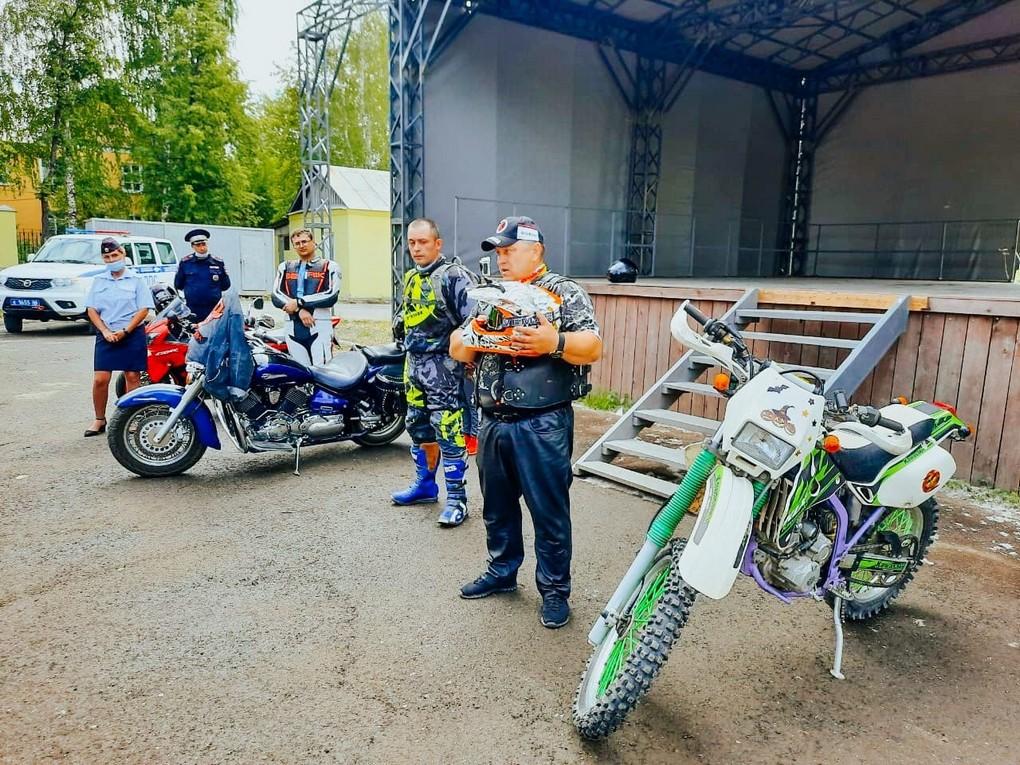 В Кушве прошла совместная акция байкеров мотоклуба «Северный Цвет» и сотрудников ГИБДД. Мотоциклисты выступили перед детьми и рассказали
