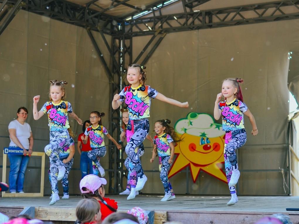 В кушвинском парке Дворца культуры открыли первую летнюю смену на детских площадках. Это был яркий и веселый праздник!