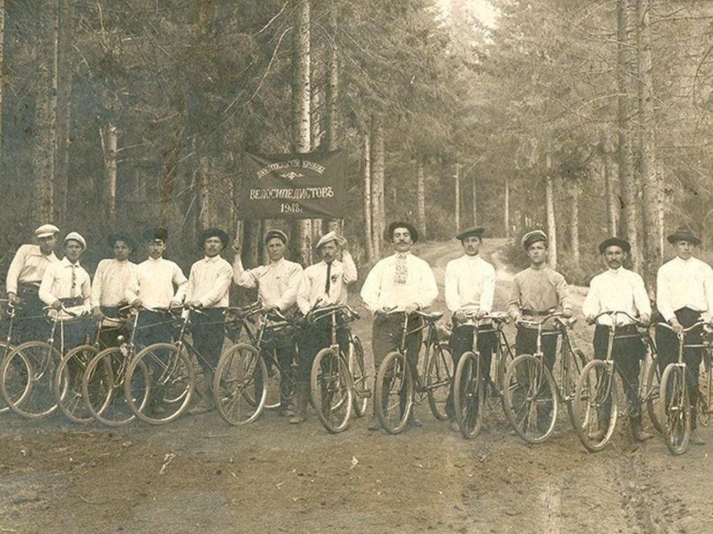 Перед вами историческая фотография из коллекции Веломузея, запечатлевшая членов Верхнетури́нского любительского кружка велосипедистов