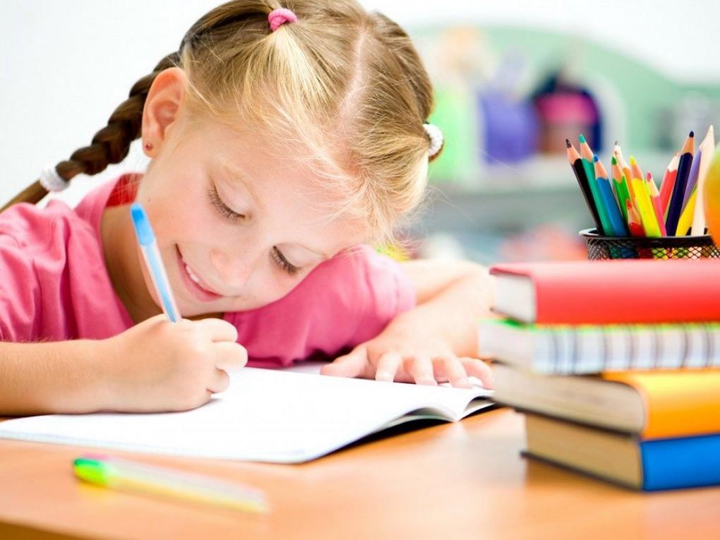 Получать выплаты на школьников родители начнут с середины августа. На эти цели правительство направит российским семьям более