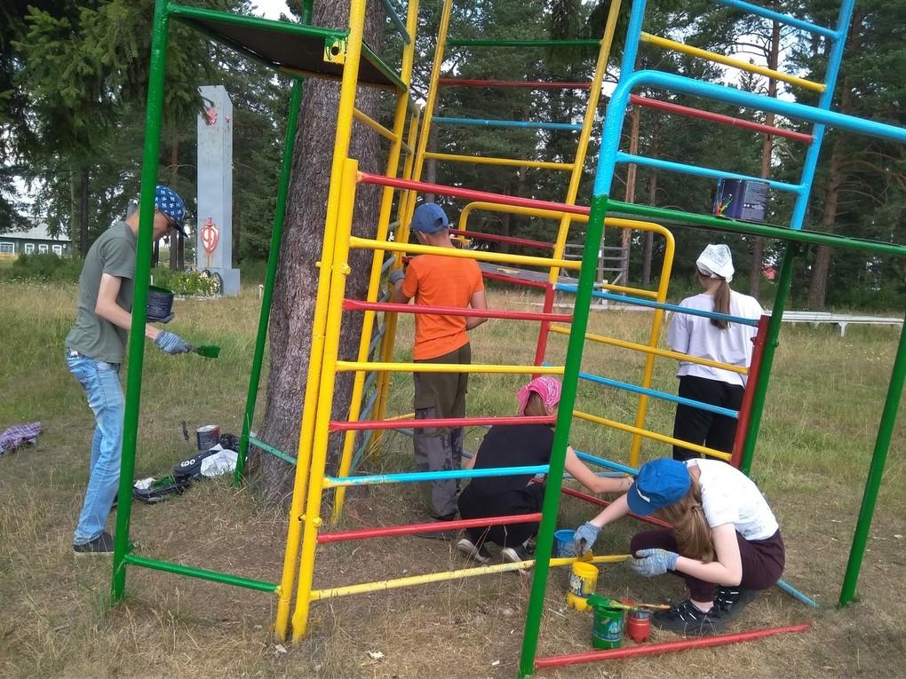 Продолжаются смены в школьных трудовых лагерях. Ребята прибирают город, делают полезные дела и с пользой, весело проводят время.