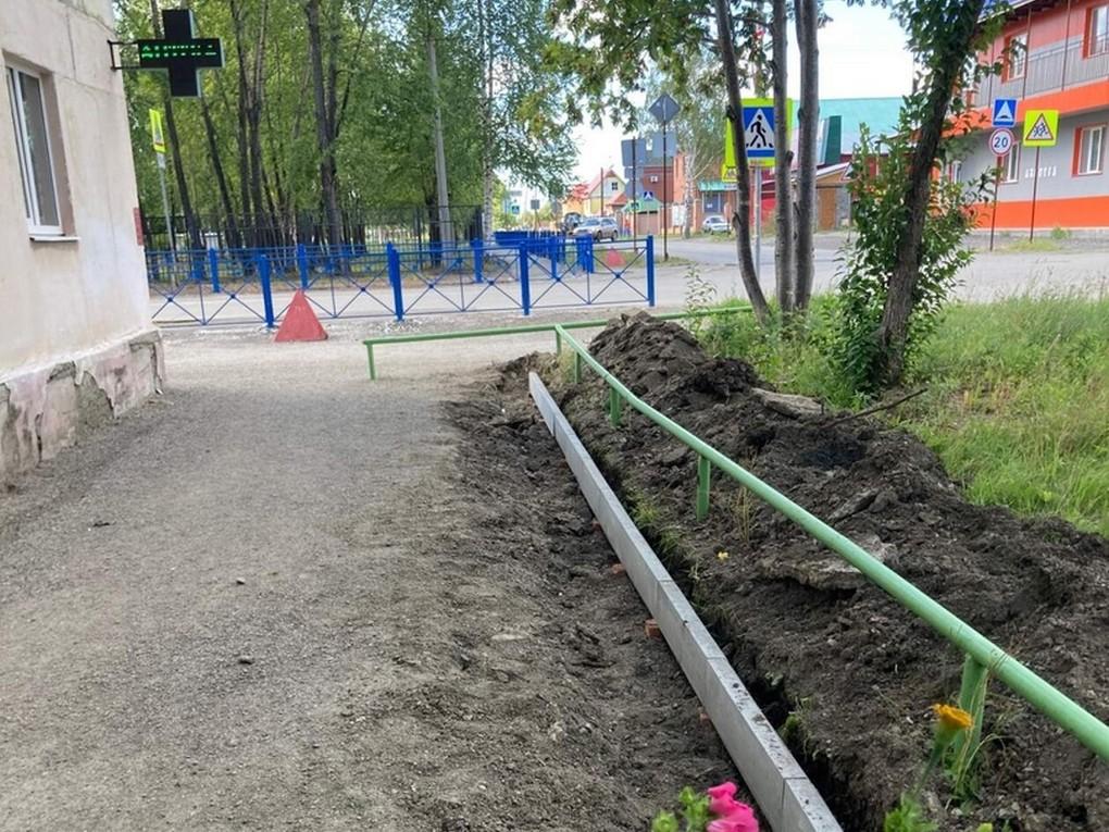 В Красноуральске порядная организация ИП Геворгян приступила к ремонту тротуара вдоль дома №7 по ул. Янкина.