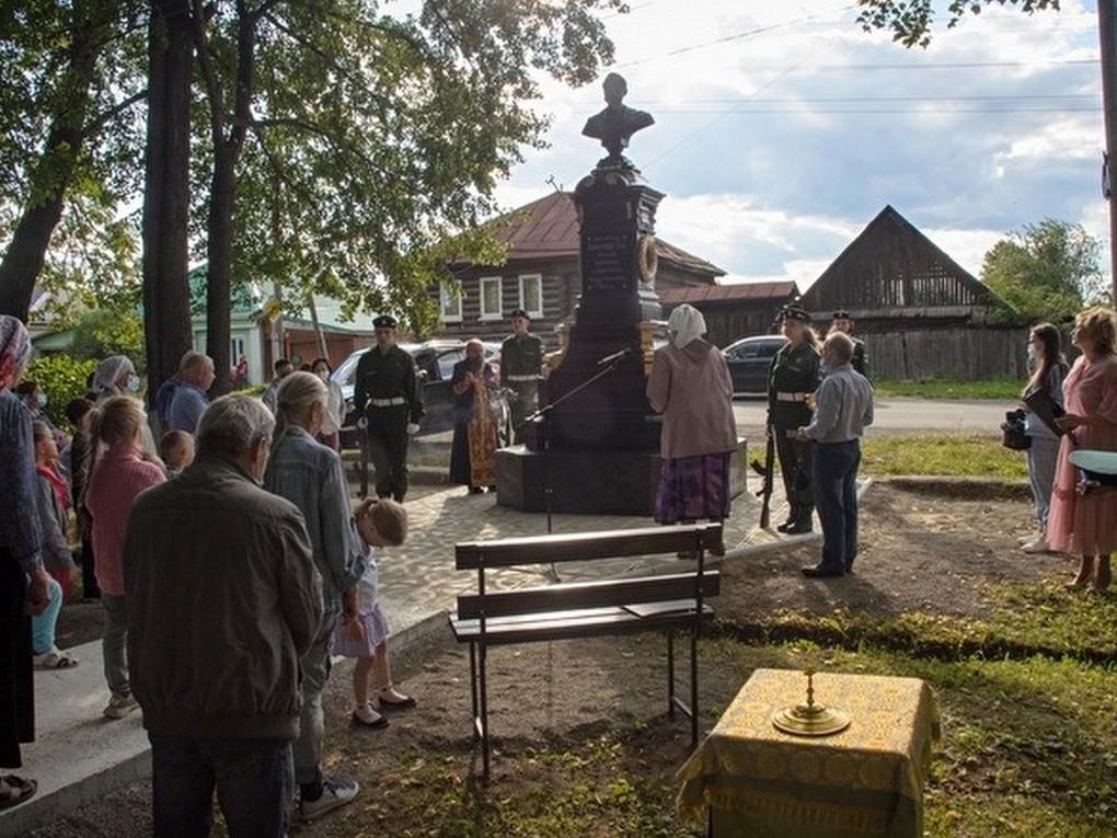 12 июля в Баранчинском открыли памятник Александру II. Его установили на территории сквера у храма Покрова Пресвятой Богородицы.