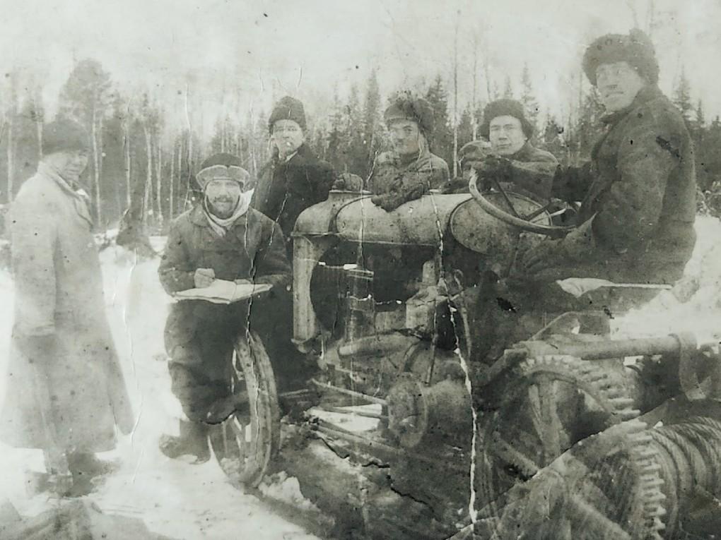 На фото первый трактор Богомолстроя, 1926 г.